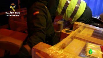 Polizones escondidos entre palés