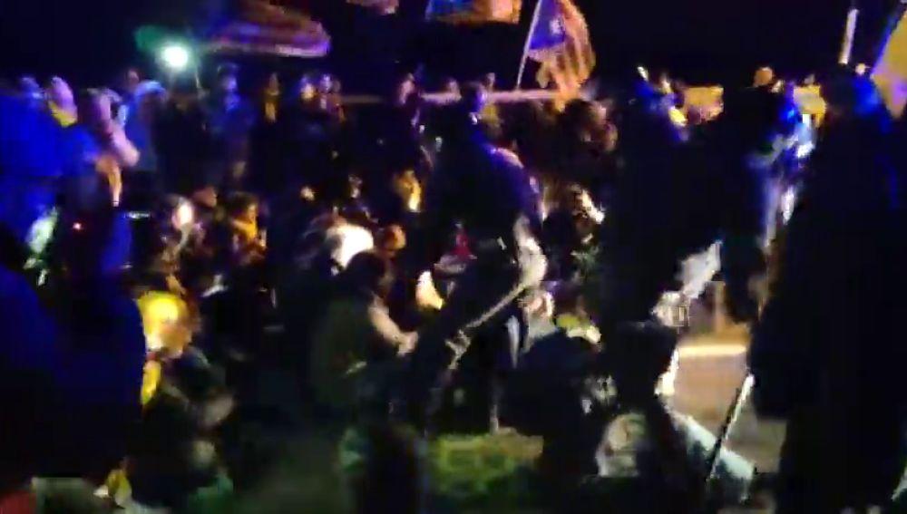 Tensión entre mossos y manifestantes durante el traslado a Madrid de los presos del 'procés'