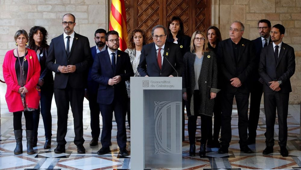 El presidente de la Generalitat, Quim Torra, acompañado por los miembros de su gobierno