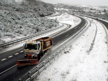 Una máquina quitanieves retira nieve de la autovía A-52