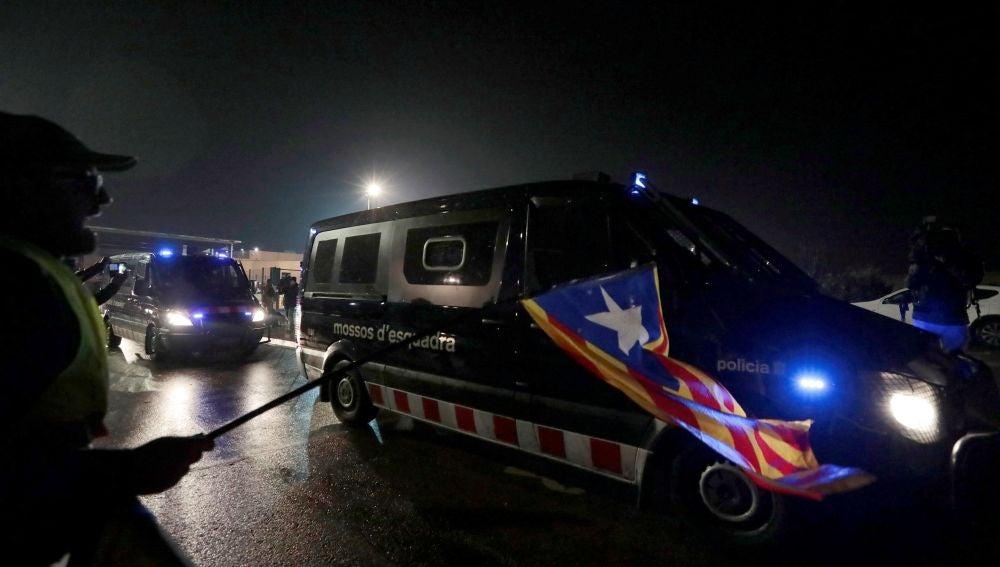 Furgonetas de los Mossos d'Esquadra salen de la cárcel de Lledoners