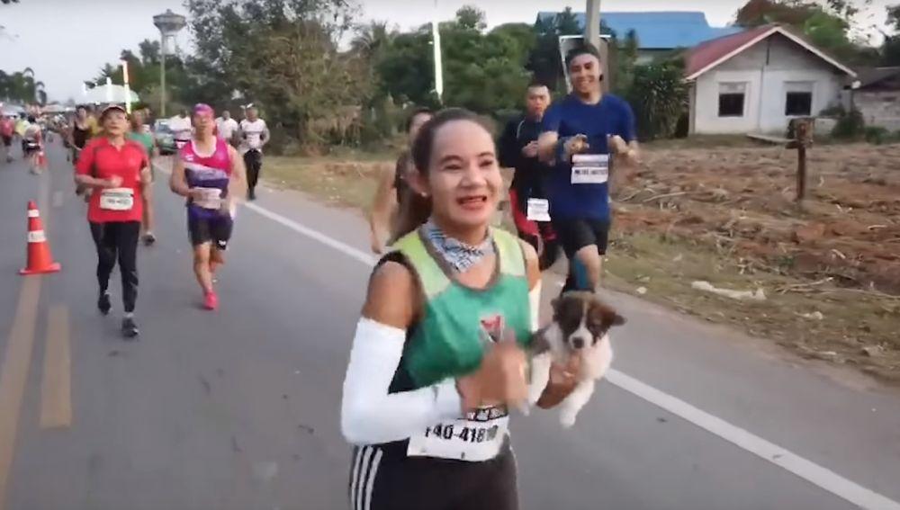 Una maratoniana lleva a un perro hasta la meta