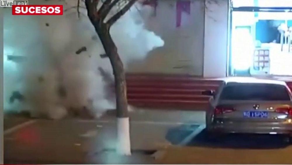 Un niño provoca una fuerte explosión tras lanzar varios cohetes a una alcantarilla