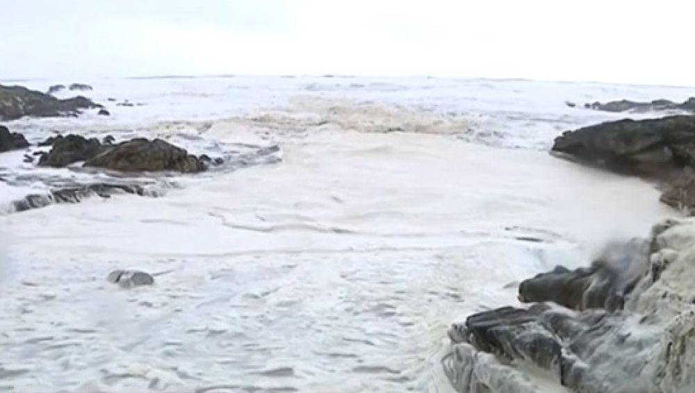 'Nieve' y olas de hasta nueve metros en las playas de Pontevedra: estos son los primeros efectos de la borrasca Helena