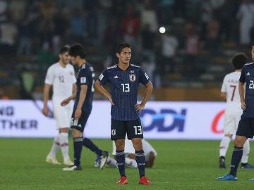 Los jugadores japoneses se lamentan tras la derrota ante Qatar