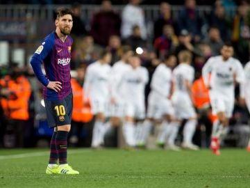 Leo Messi, brazos en jarra tras un gol del Valencia