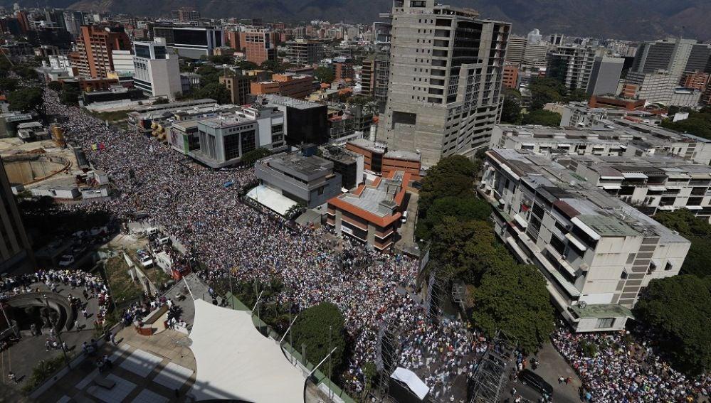 Opositores venezolanos marchan contra el gobierno de Nicolás Maduro en Caracas