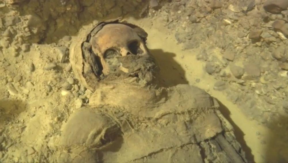 Descubren decenas de momias en una necrópolis enterrada a nueve metros de profundidad