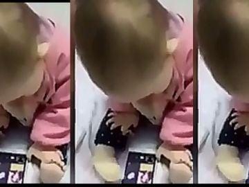 Bebé usa el móvil de forma extraña