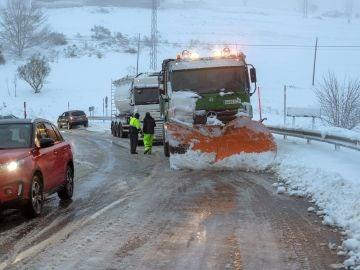 Una máquina quitanieves ayuda al camión que se ha quedado bloqueado en la carretera LU-633
