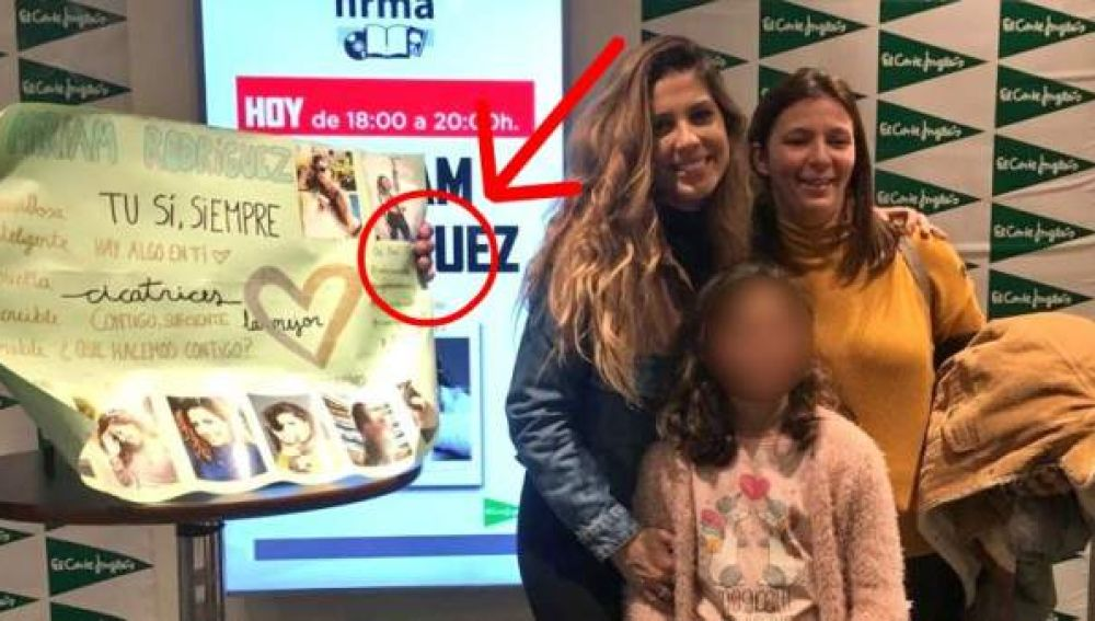 Miriam Rodríguez posa con su madre y una fan en una firma de discos