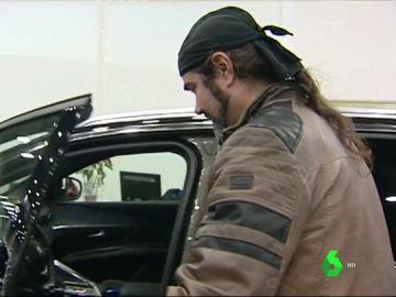 Un hombre entrando a un vehículo