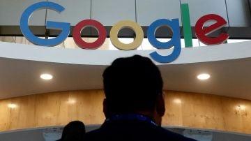 Una persona frente al logotipo de Google