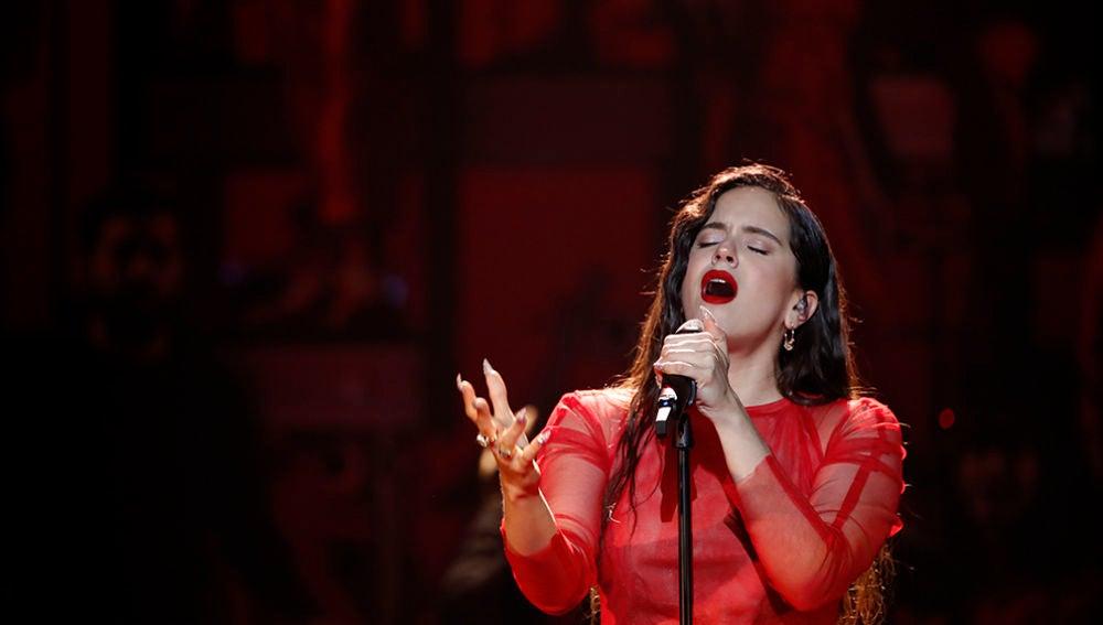 Rosalía en su actuación musical en los Goya 2019