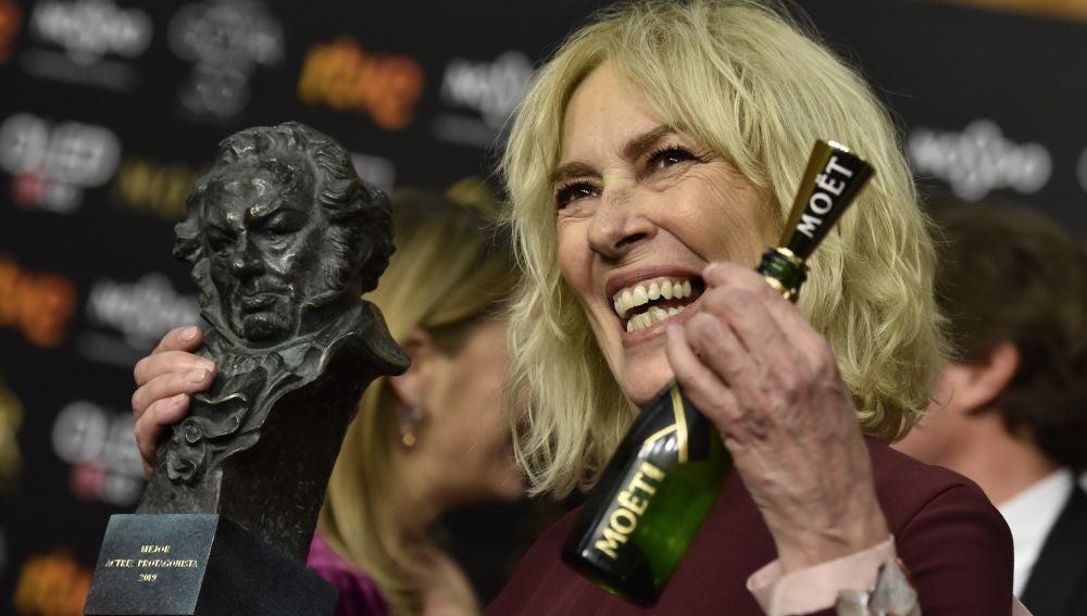 Susi Sánchez posa con el galardón a Mejor actriz protagonista