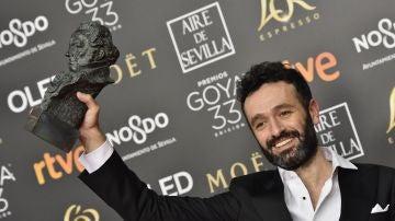 El director Rodrigo Sorogoyen posa con el Goya a Mejor dirección