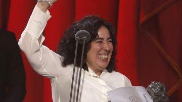 """La realizadora Arantxa Echevarria tras recibir el premio a """"Mejor dirección novel"""" por su película """"Carmén y Lola"""""""