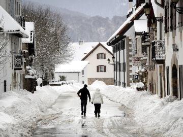 Dos personas caminan por Burguete tras el temporal que afecta a Navarra