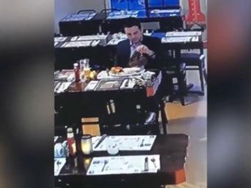 Graban a un hombre robando un chuletón y huyendo de un restaurante sin pagar