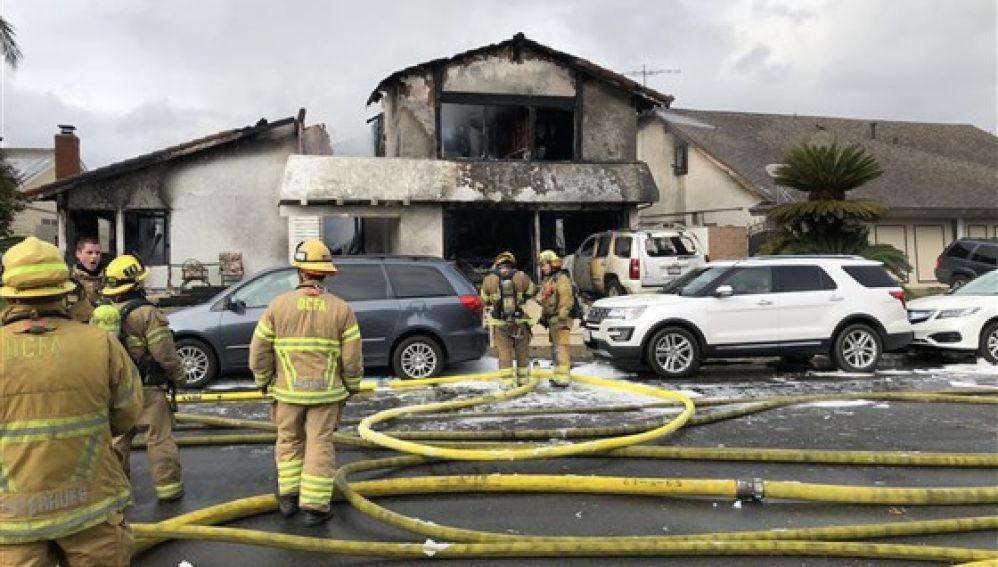 Los bomberos acuden al lugar del accidente en una vivienda en California