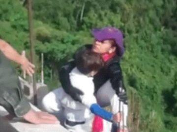 Una mujer extorsionada se lanza con su hijo desde un puente de 100 metros de altura