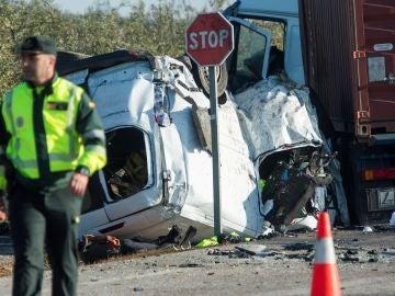 Vista del turismo siniestrado tras chocar con un camión en la carretera A-394 en Utrera (Sevilla)