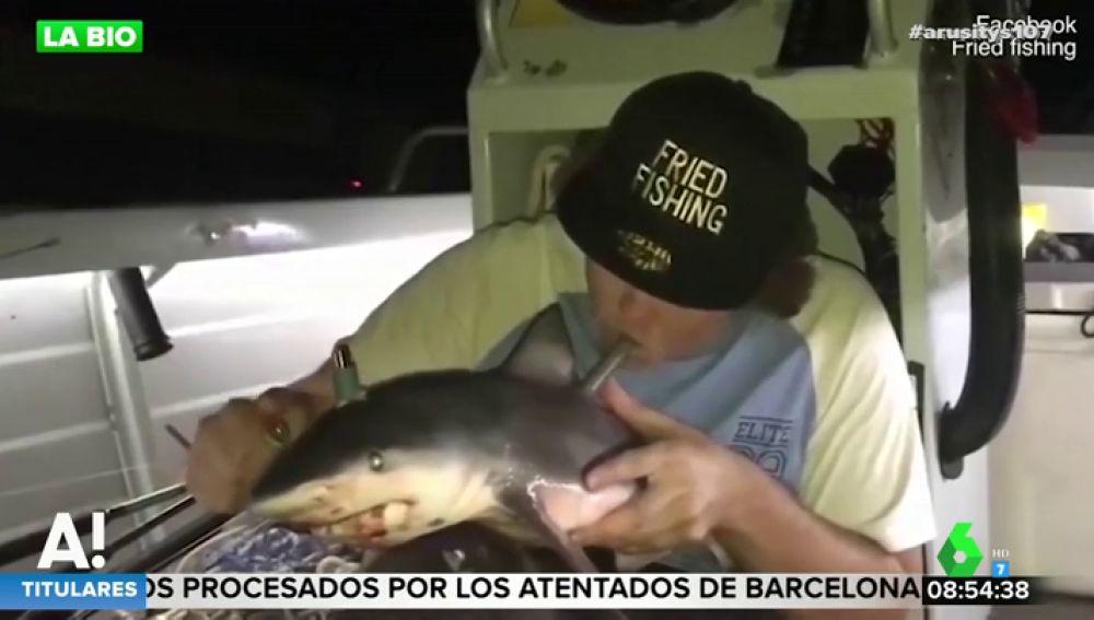 Un hombre transforma una cría de tiburón en cachimba
