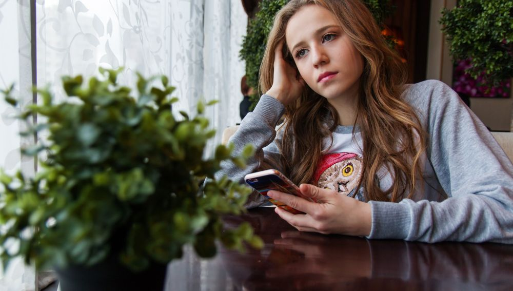 Tú esperando a que esa persona te conteste a un mensaje… que le has mandado varias veces