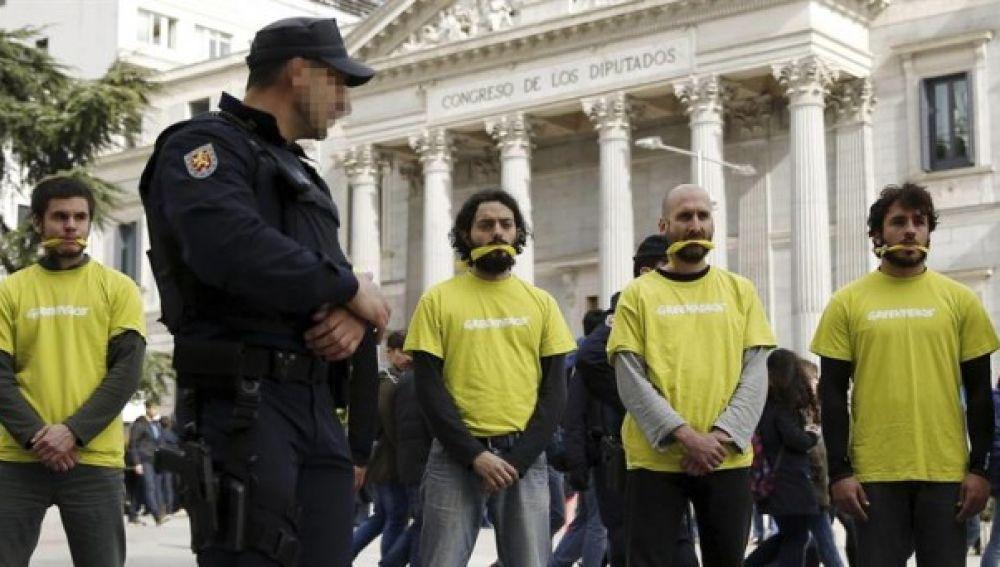 Manifestantes protestan frente al Congreso contra la Ley Mordaza
