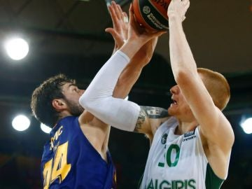 Ante Tomic defiende a Aaron White