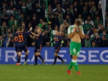Los jugadores del Valencia celebran el gol de Gameiro