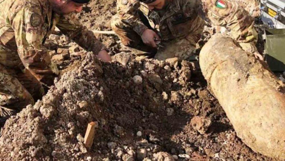 Miembros del ejército extrayendo las bombas halladas