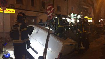Bomberos intervienen para sacar a dos vehículos de un socavón en Madrid