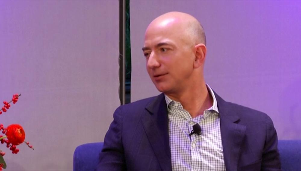Jeff Bezos acusa a la empresa matriz del tabloide The National Enquirer de chantajearle con publicar mensajes de texto y fotos íntimas