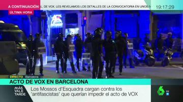 Mossos cargan contra los 'antifascistas' que querían impedir un acto de Vox