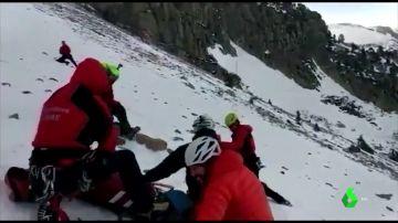 Imagen del rescate a un escalador que había resbalado en Girona