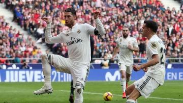 Sergio Ramos celebra su gol contra el Atlético de Madrid