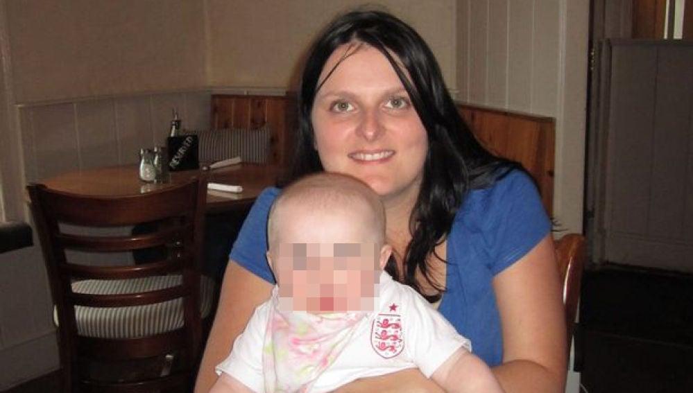 Imagen de una madre de Reino Unido con su bebé