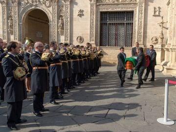 La banda de música de la Hermandad de las Tres Caídas tocando ante el Ayuntamiento de Sevilla para dar el último adiós al dramaturgo Salvador Távora
