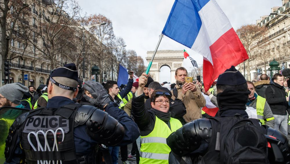 Manifestantes de los 'chalecos amarillos' protestan en París