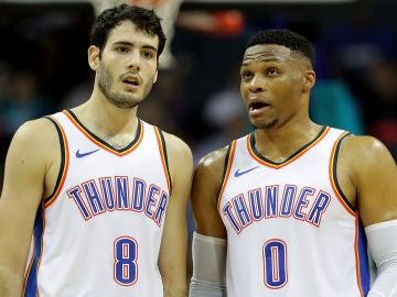 Westbrook charla con Abrines durante un partido de los Thunder