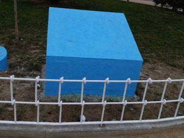 Monolito en el que residían las placas en homenaje a Sandra Palo