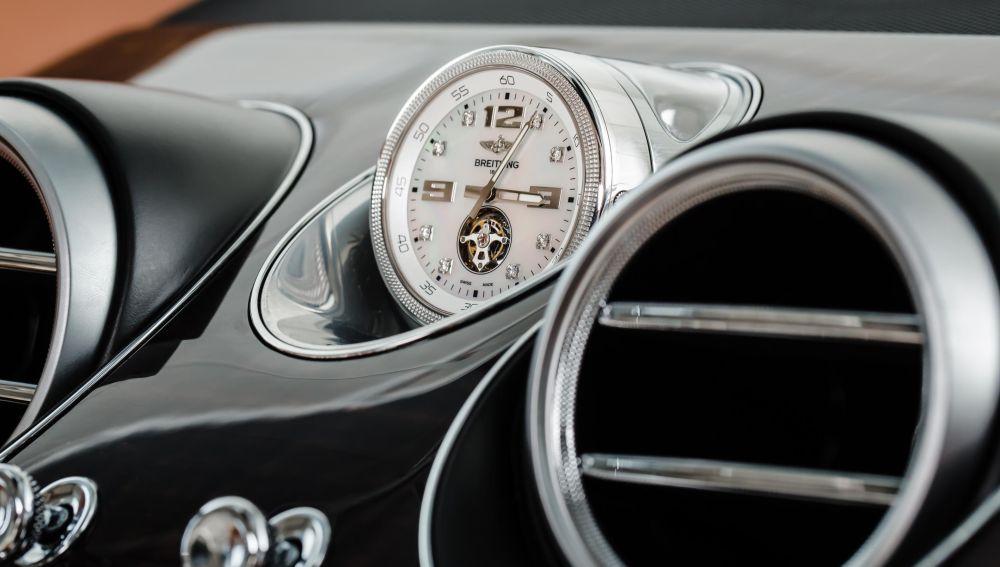 Reloj Breitling en un Bentley Bentayga
