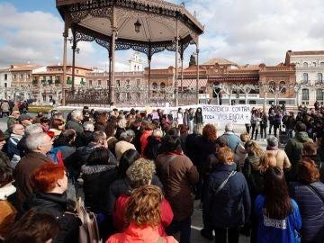 Vecinos de Alcalá de Henares se manifiestan por la muerte de una joven