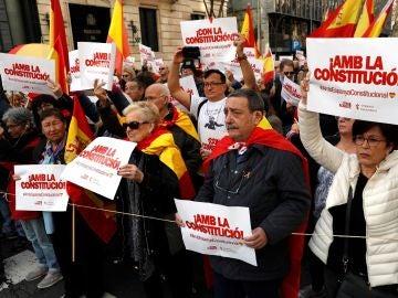 Varias decenas de personas han concentrado en apoyo a la Constitución española