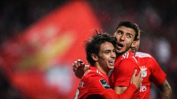 Los jugadores del Benfica celebran uno de los 10 goles que le han metido al Nacional