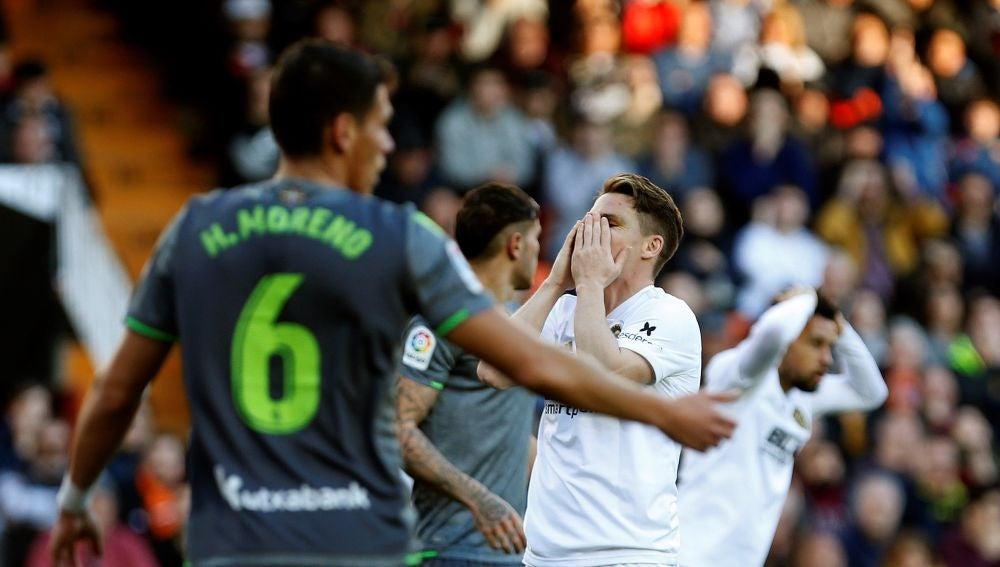 Gameiro se desespera en el partido contra la Real Sociedad