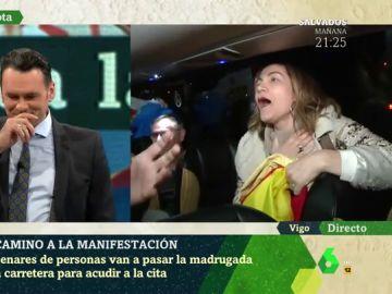 """""""No soporto al presentador, no deja hablar a Marhuenda"""": Iñaki López da con su 'antifan' en pleno directo de laSexta Noche desde uno de los autobuses fletados por el PP para la manifestación contra Sánchez"""
