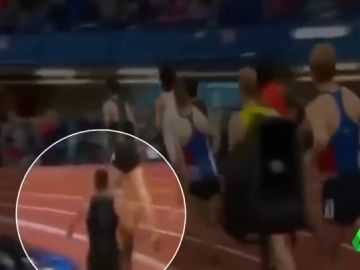Un atleta se desploma cuando iba primero y le reaniman con un desfibrilador en plena pista