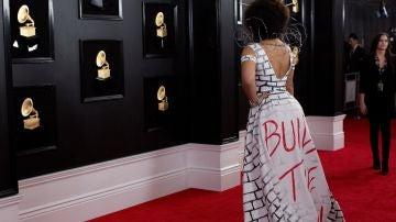 Joy Villa apoya la construcción del muro de Trump con un vestido en la alfombra roja